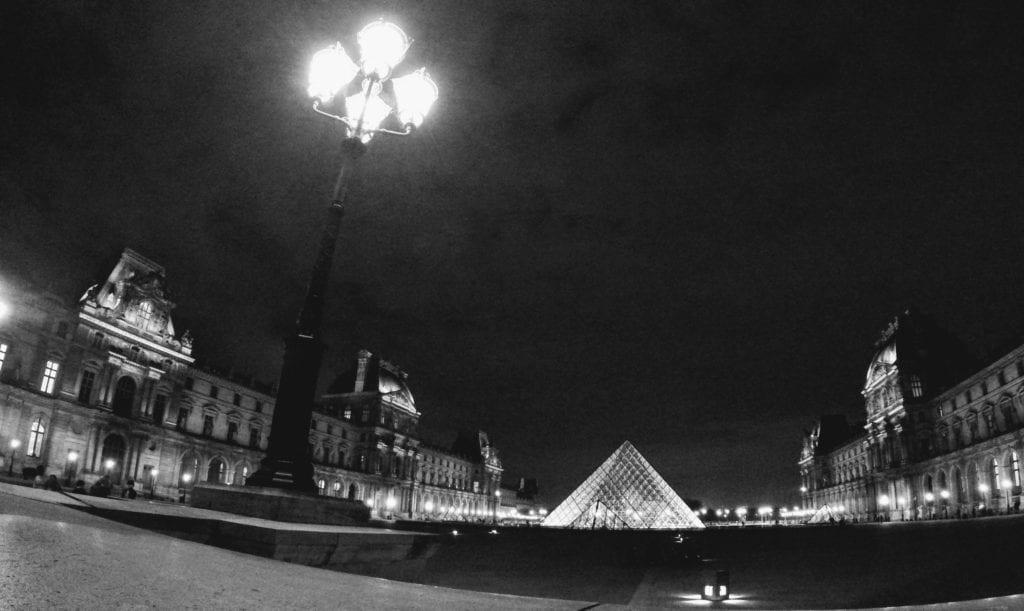 Museu do Louvre à noite, Paris, França
