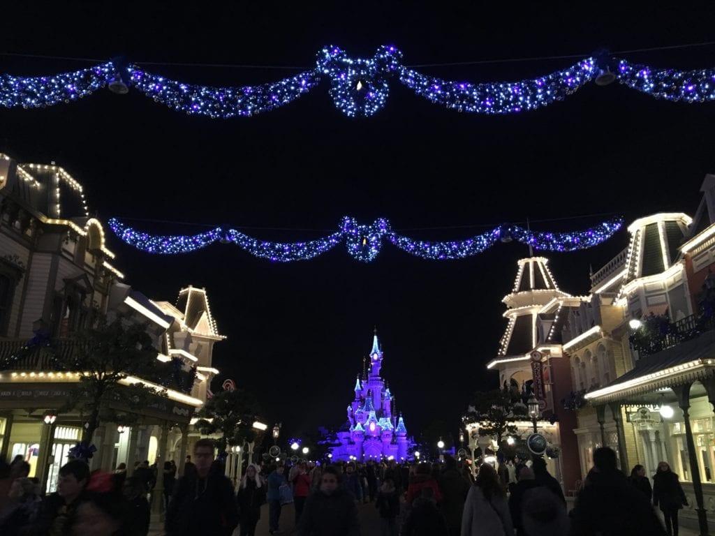 Numa ponta da Main Street, o Castelo da Bela Adormecida...