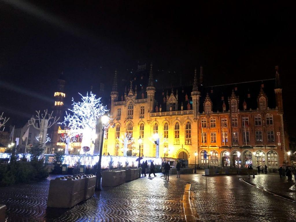 Grote Markt em à noite Bruges, Bélgica