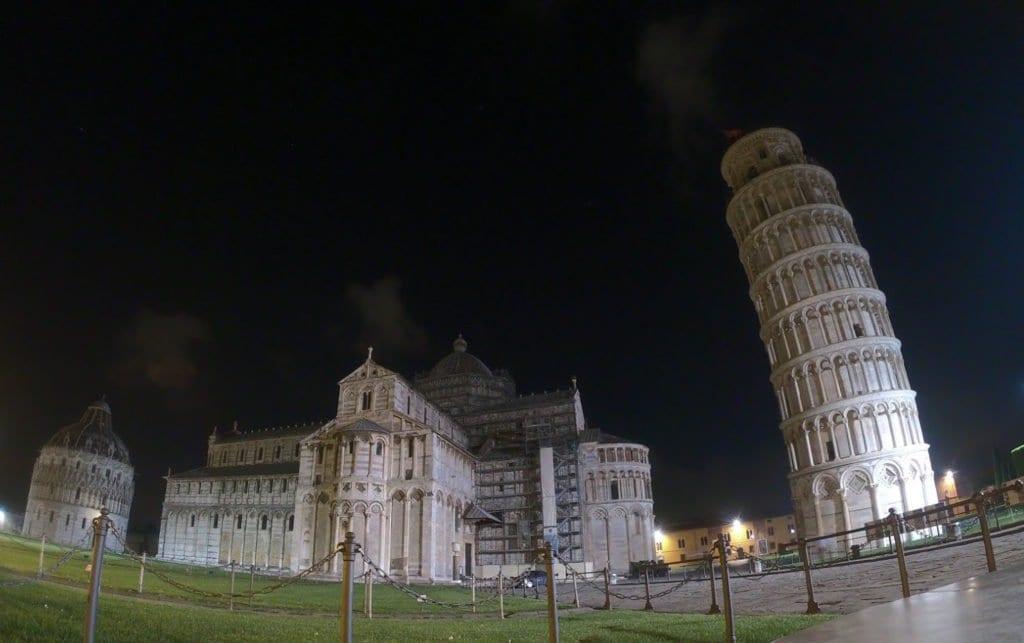 Torre de Pisa à noite