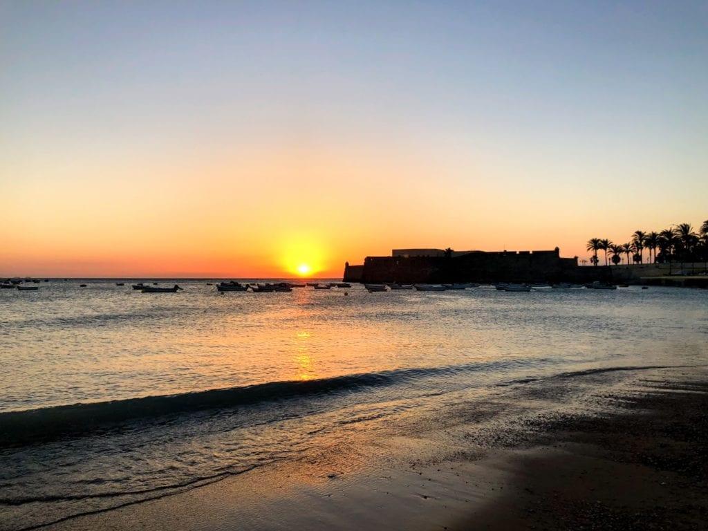 O que fazer em Cádiz, Espanha: por do sol na praia