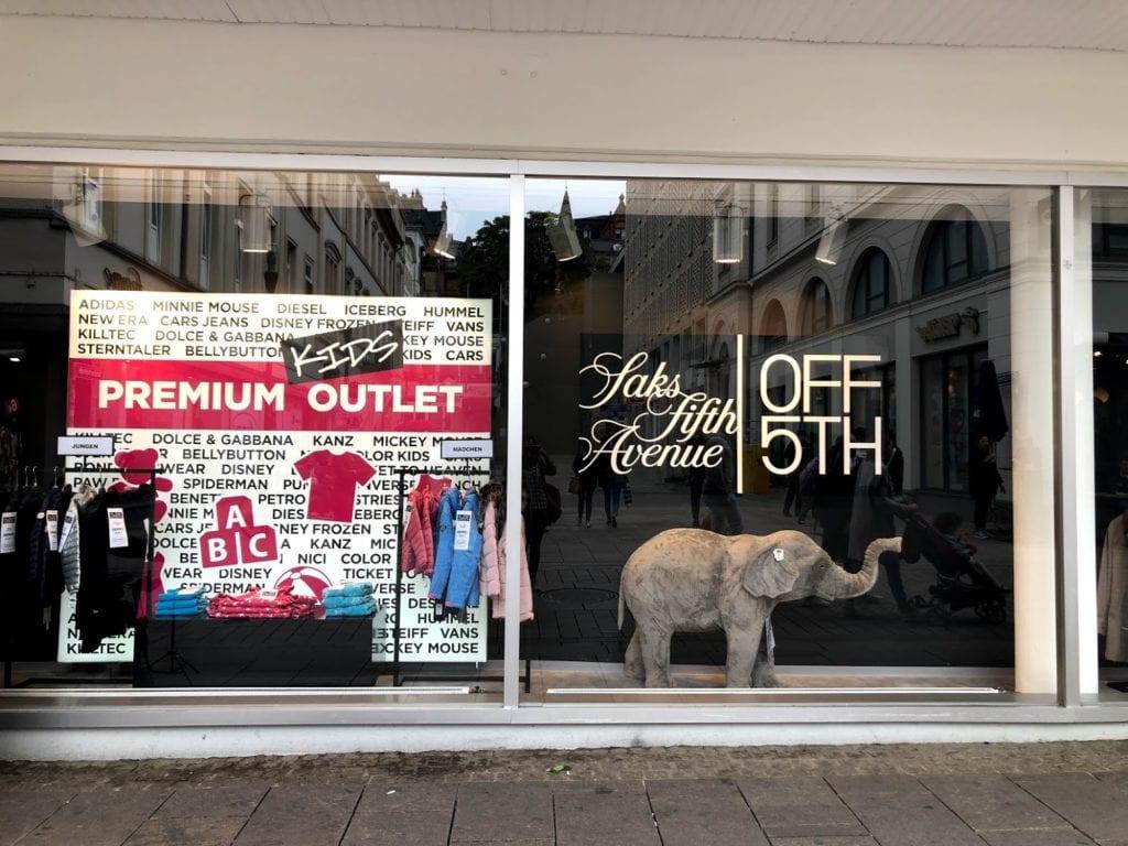 No térreo, a loja tem uma sessão dedicada à designers de luxo, quando fui tinha Dolce & Gabbana e Moschino a preços realmente tentadores. Surtei mesmo na área dos óculos de sol, bolsas e sapatos!