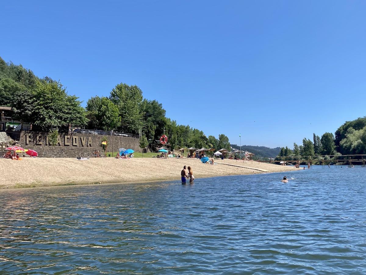 praia fluvial reconquinho